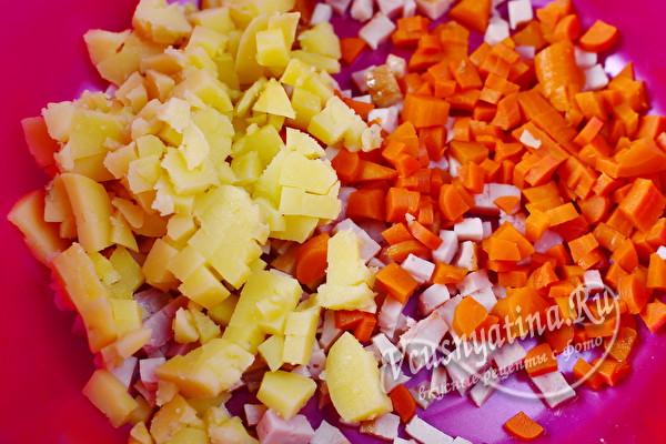 нарезанные картошка и морковь