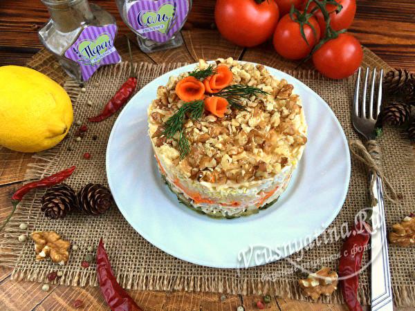 """Слоёный салат с курицей и сыром """"Праздничный""""."""