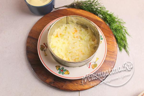 положить слой картошки