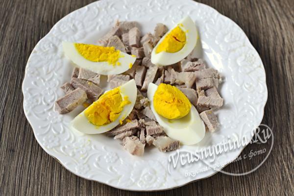 нарезать вареные яйца