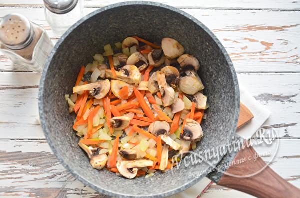 нарезать грибы, морковь и лук