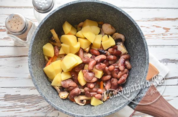 добавить фасоль и картофель