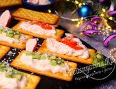 Закусочные тосты с пастой из крабовых палочек