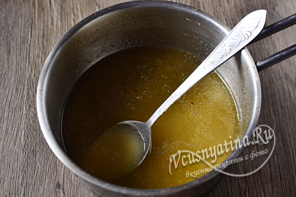 смешать желатин и бульон
