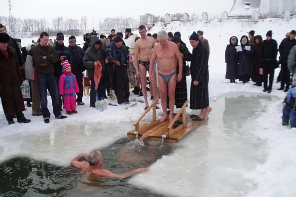 купание людей в проруби