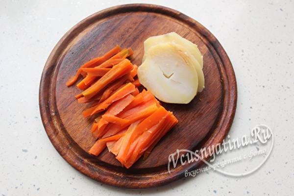 нарезать морковь и картошку