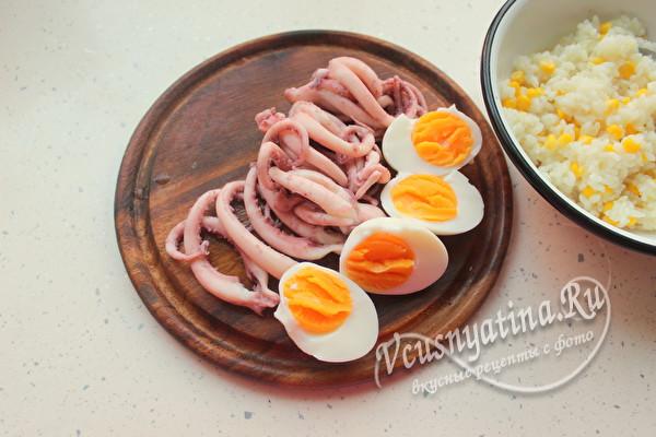 нарезать осьминога и яйца