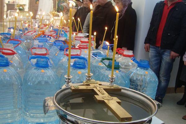 Когда и сколько дней набирать Святую воду на Крещение в 2021 году, как использовать
