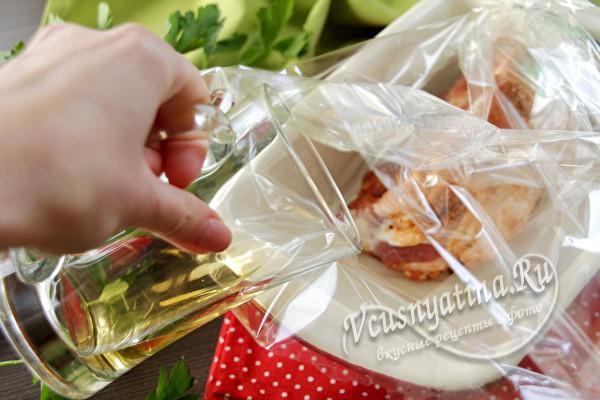 выложить мясо в рукав и добавить масло