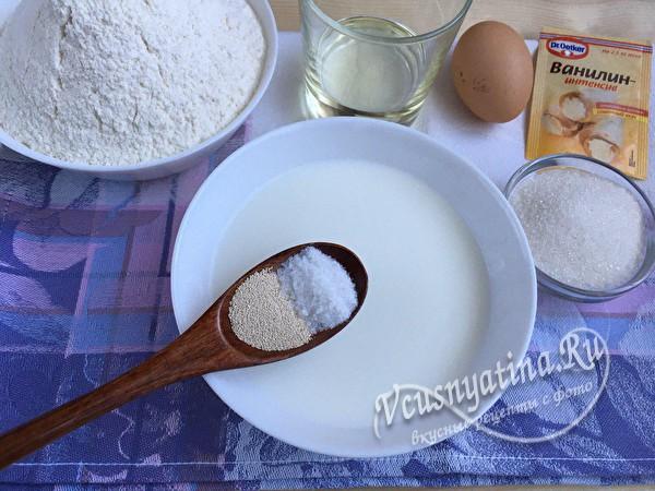 в молоко добавить дрожжи и соль