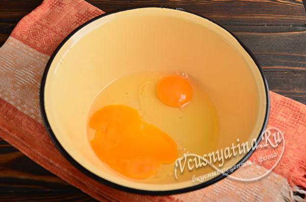 свежие яйца миске