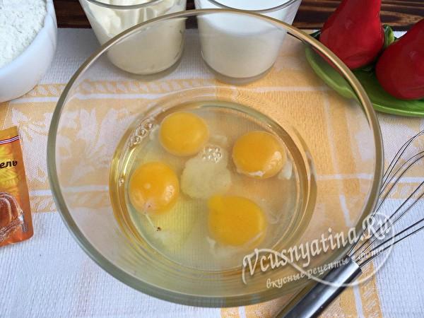 яйца и соль в миске