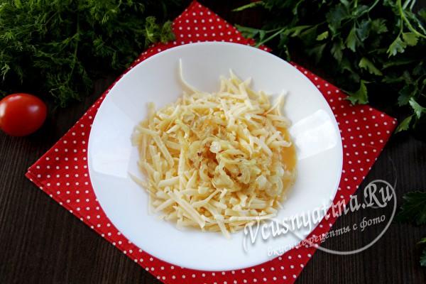 соединить сыр и лук с яйцом