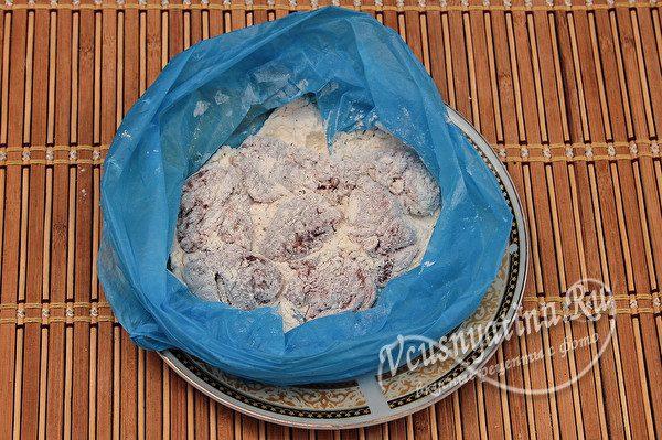 панируем печень в пакете