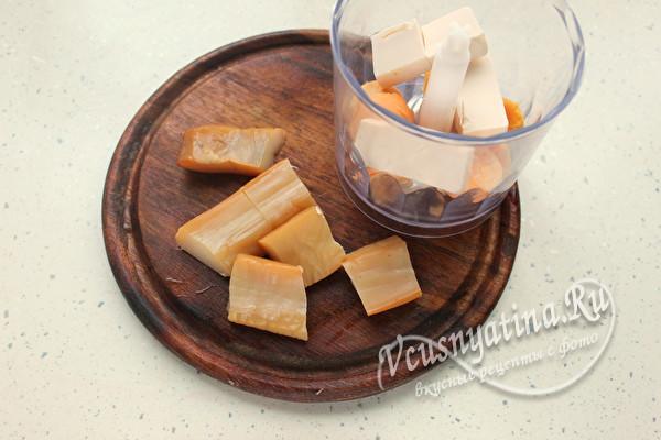 сложить кальмар и сыр в чашу блендера