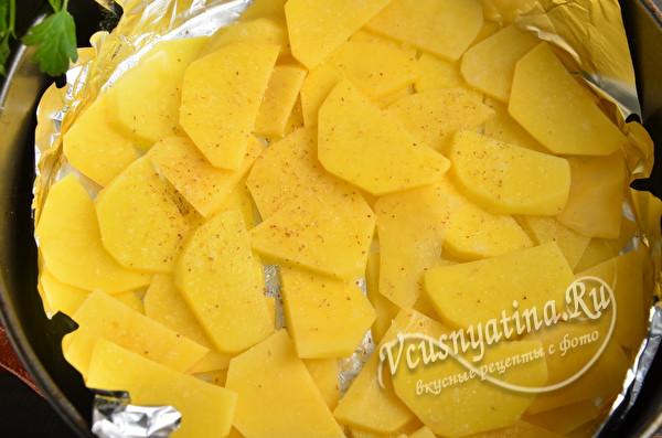 выложить слоем картошку