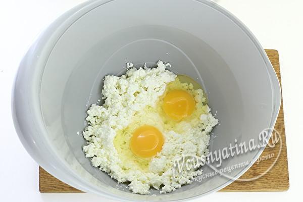 яйца и творог в миске