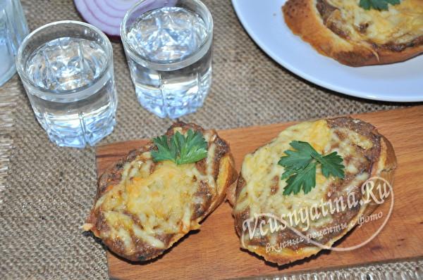 Горячие бутерброды с килькой и сыром