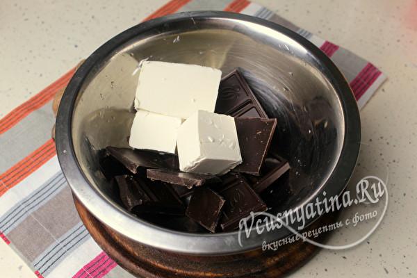 сложить шоколад в миску