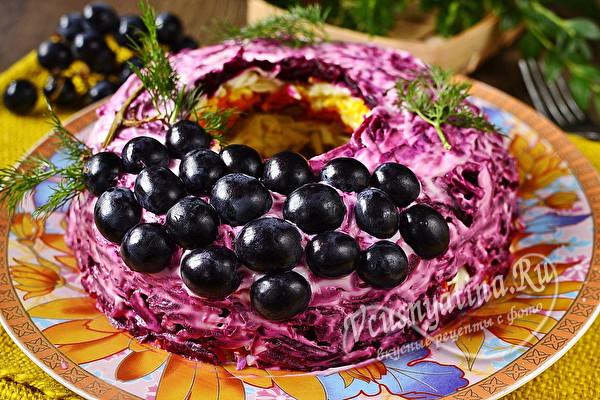 слоеный салат с мясом и виноградом