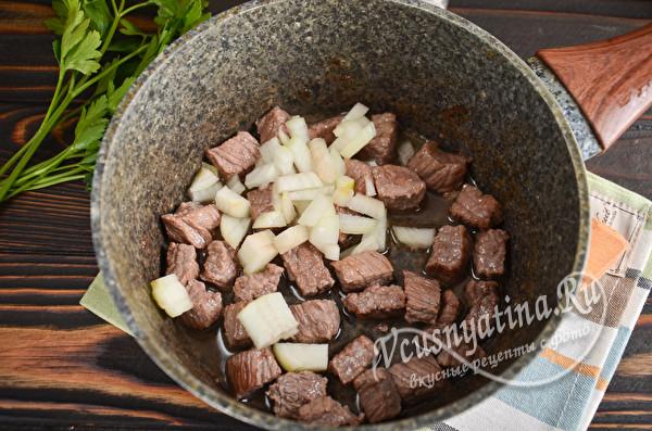 обжарить лук и мясо