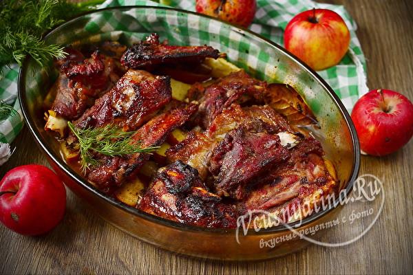 Свиные ребрышки с яблоками