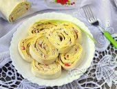 Рулет из лаваша с крабовыми палочками и плавленным сыром и яйцом