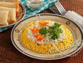 Салат с кальмарами, рисом, яйцом и кукурузой