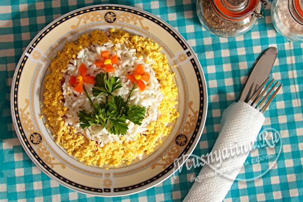салат с яйцами и кальмарами