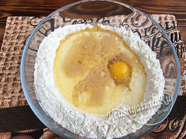 влить яйца, молоко, масло