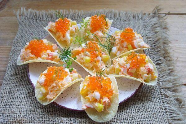 Закуска на чипсах Принглс с креветками и икрой