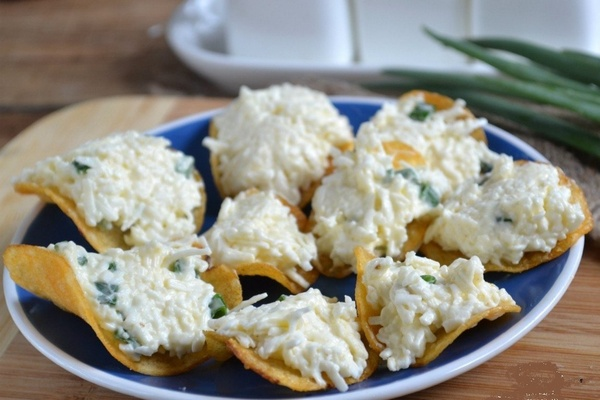 закуска на чипсах с творожным сыром и яйцами