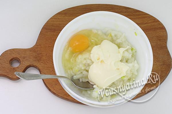добавить яйцо и майонез