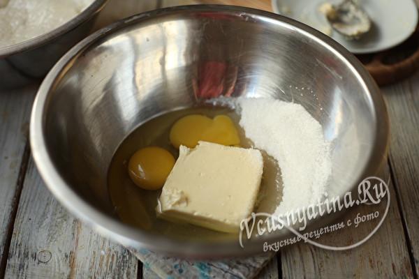 яйца и масло в миске