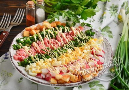 Салат с редиской, колбасой и яйцом