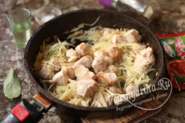 соединить овощи и мясо