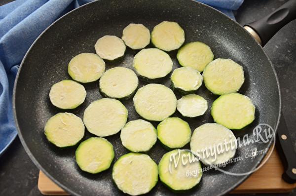 Жареные цукини (кабачки) с ветчиной под сыром