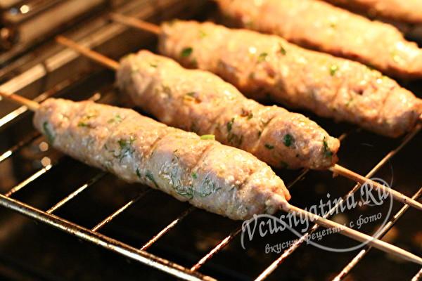 Люля-кебаб из свиного фарша на шпажках в духовке