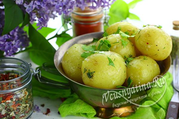 Вкусная молодая картошечка с зеленью и маслом – пальчики оближешь!