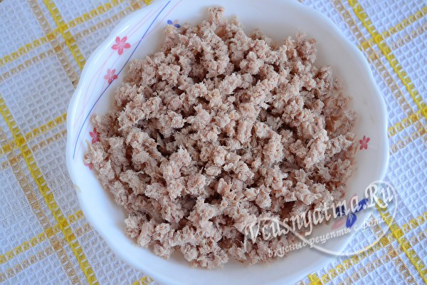 Печеные пирожки с мясом и рисом из дрожжевого теста