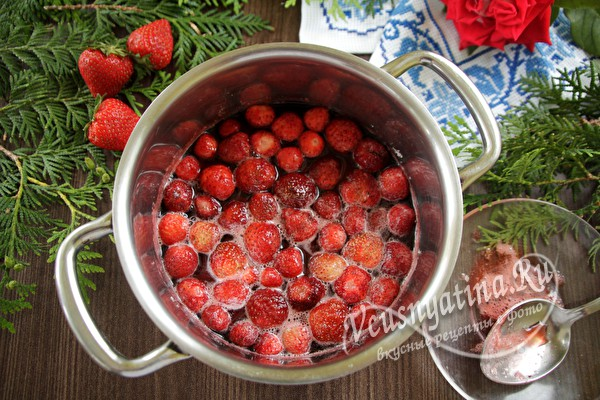Расскажу как варить густое клубничное варенье с целыми ягодами