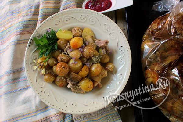 Запеченный молодой картофель с мясом в рукаве - рецепт для духовки