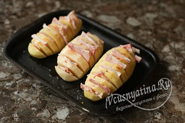 Запеченная картошка-гармошка с беконом и сыром