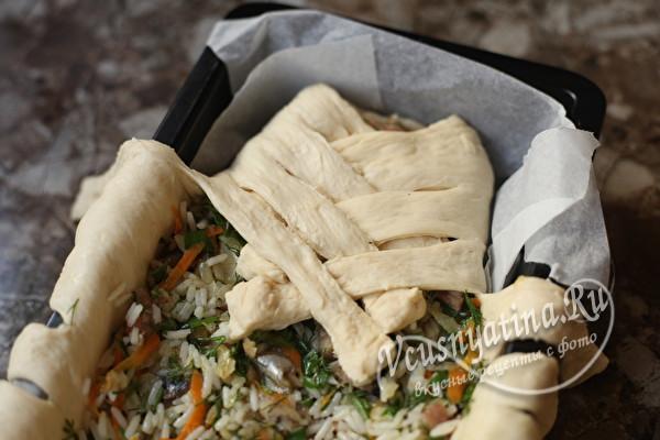 Дрожжевой пирог с рыбой и рисом косичкой