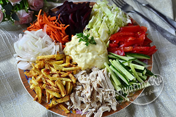 Салат Радуга с картошкой фри и куриным мясом – просто и вкусно