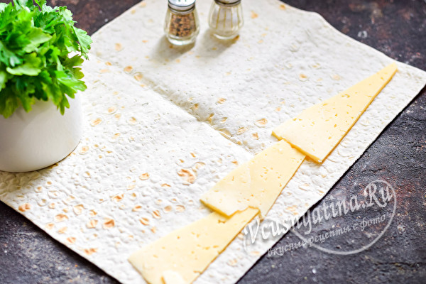 положить сыр на лаваш