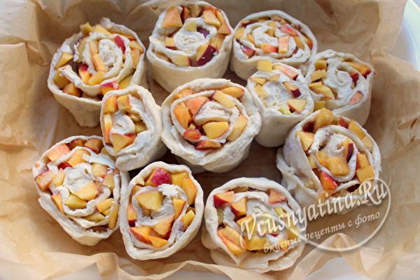 Булочки с персиками в заливке как Синнабоны