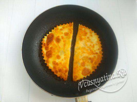 жарить чебуреки на сковороде