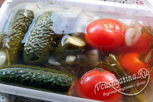 Маринованное ассорти из огурцов и помидоров быстрого приготовления