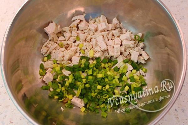 измельчить филе и лук